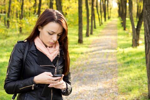 Ung kvinde m smartphone (lav opløsning)