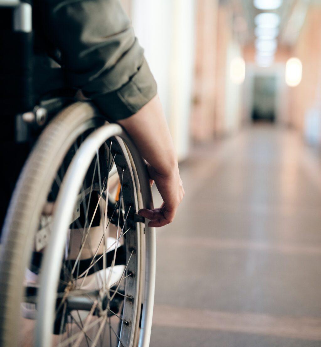 person i kørestol