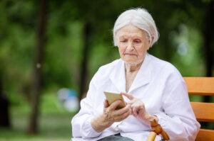 Ældre dame med smartphone